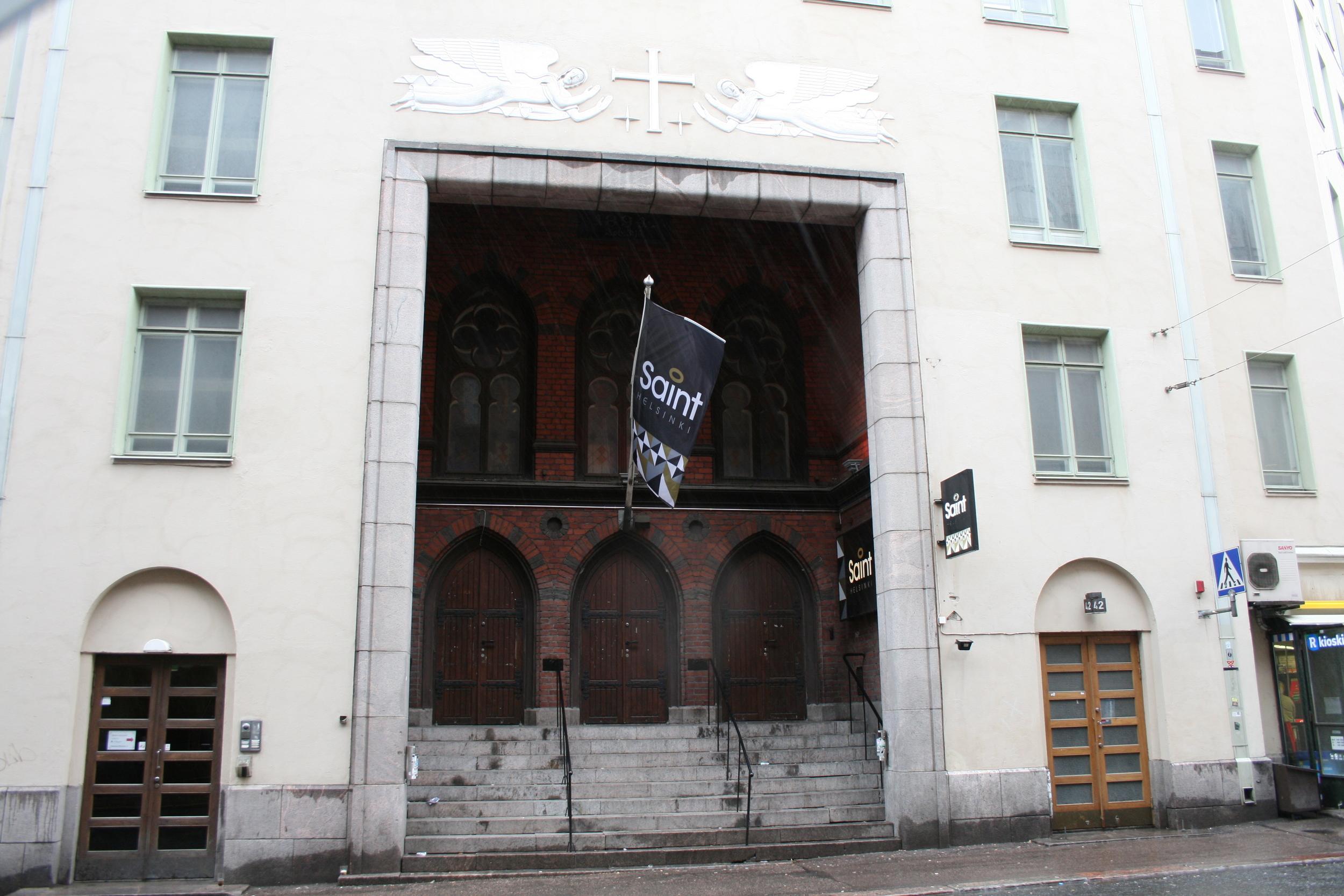 Luther-kirkon sisäänkäynti kesäkuussa 2014 kuvattuna ravintola Saint Helsingin aikana. 1931 valmistuneen julkisivun syvennyksessä on jäljellä 1894 valmistuneen uusgoottilaisen rukoushuoneen sisäänkäynti. Kuva: Martti Haverinen.