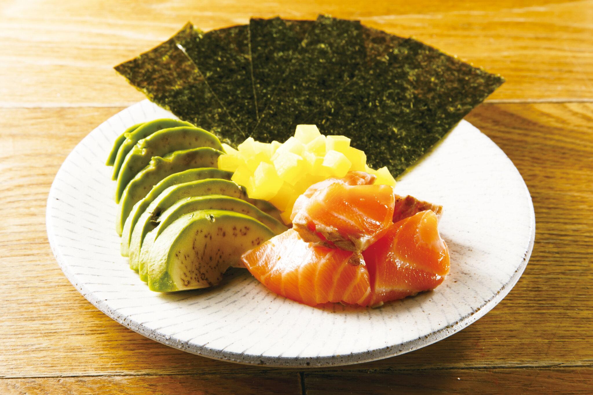 サーモンアボたく巻き Chopped Salmon & Pickled Radish & Avocado with Seaweed ($12)