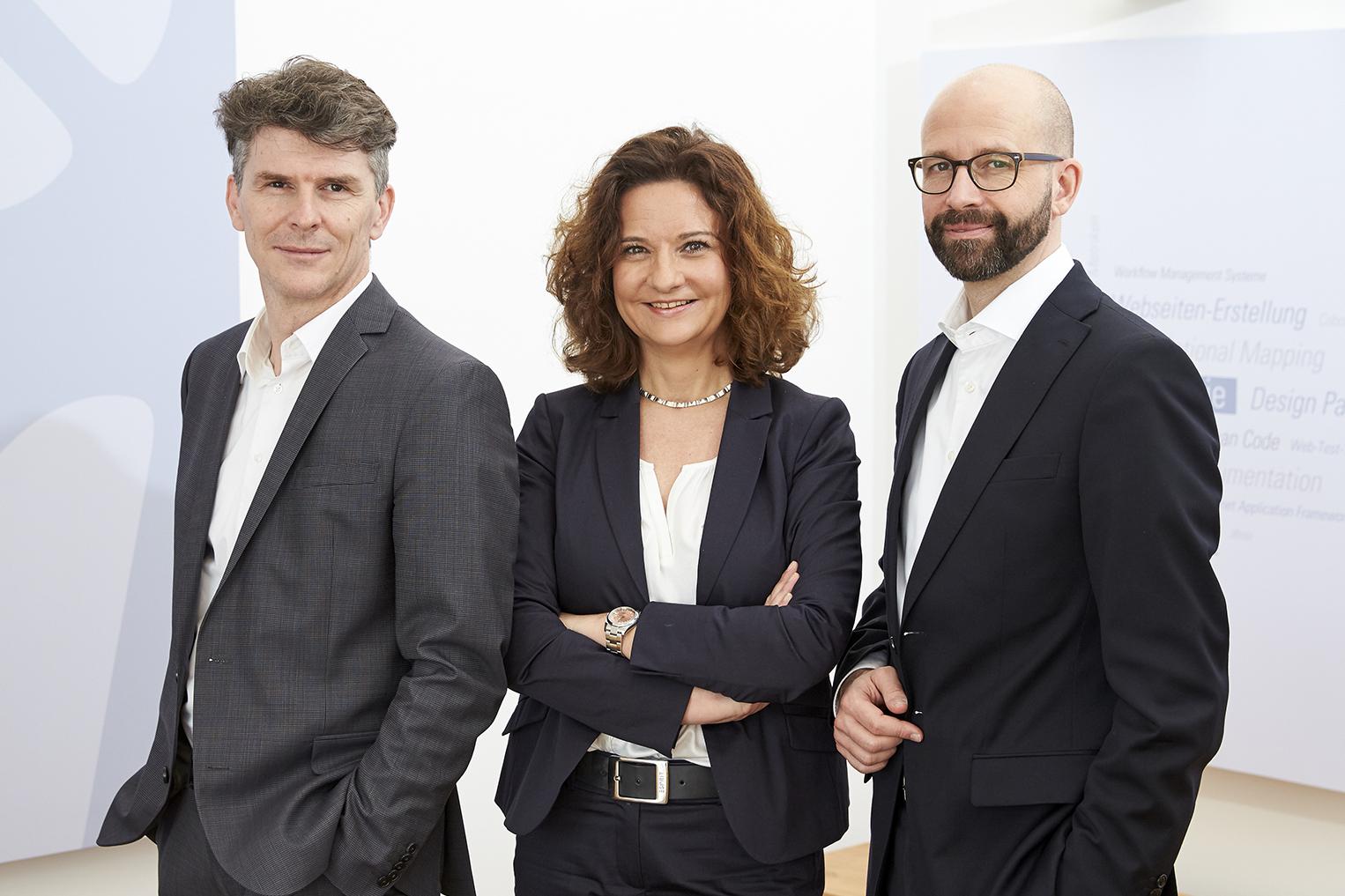 Management-Team bei it-economics (v.l.) Tobias Fischer (CFO), Petra Ozimek-Zimmermann (CHRO), Torsten Klein (CEO)