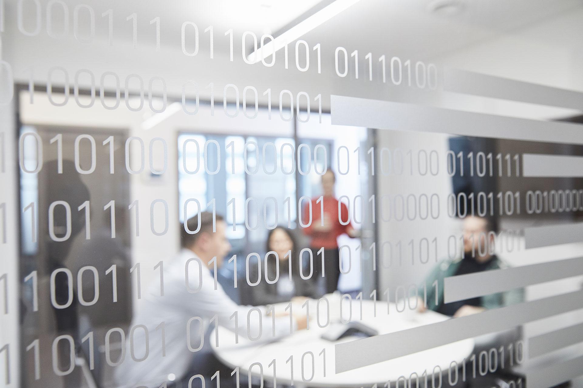 Technologie im Fokus - Egal ob Projektmanager oder Entwickler, jeder ist bei uns ein Technologist! Wie tief man in die Materie eintauchen will, steht jeder Kollegin und jedem Kollegen offen. So können sich Entwickler, die sich lieber auf Technologie fokussieren möchten, auch wirklich darauf konzentrieren. Und die Projektleiterin, die in eben diesem Technologieprojekt die Fäden in der Hand hat, kann Ihre Management Skills weiter verfeinern.