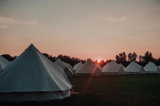 Chez @aylovoyages, nous pensons que dormir dans un lit... c'est trop classique ! Lors de la convention annuelle @voyageprive_fr nous avons proposé aux collaborateurs de passer la nuit dans des tipis géants ! 📸 @benlevyphoto #event #aylovoyages #venteprive #tipi #sun #june #summer