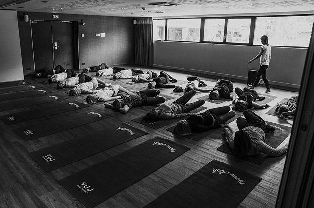 Initiation au Yoga pour les participants du jour ! L'hôtel @hotelheliopic_chamonix a accueilli nos professeurs de yoga pour une séance ludique dans la bonne humeur 🧘♀️ 🧘♂️ #yoga #teacher #yogagirl #initiation #chamonix #mountain #convention #lesson #event #seminar