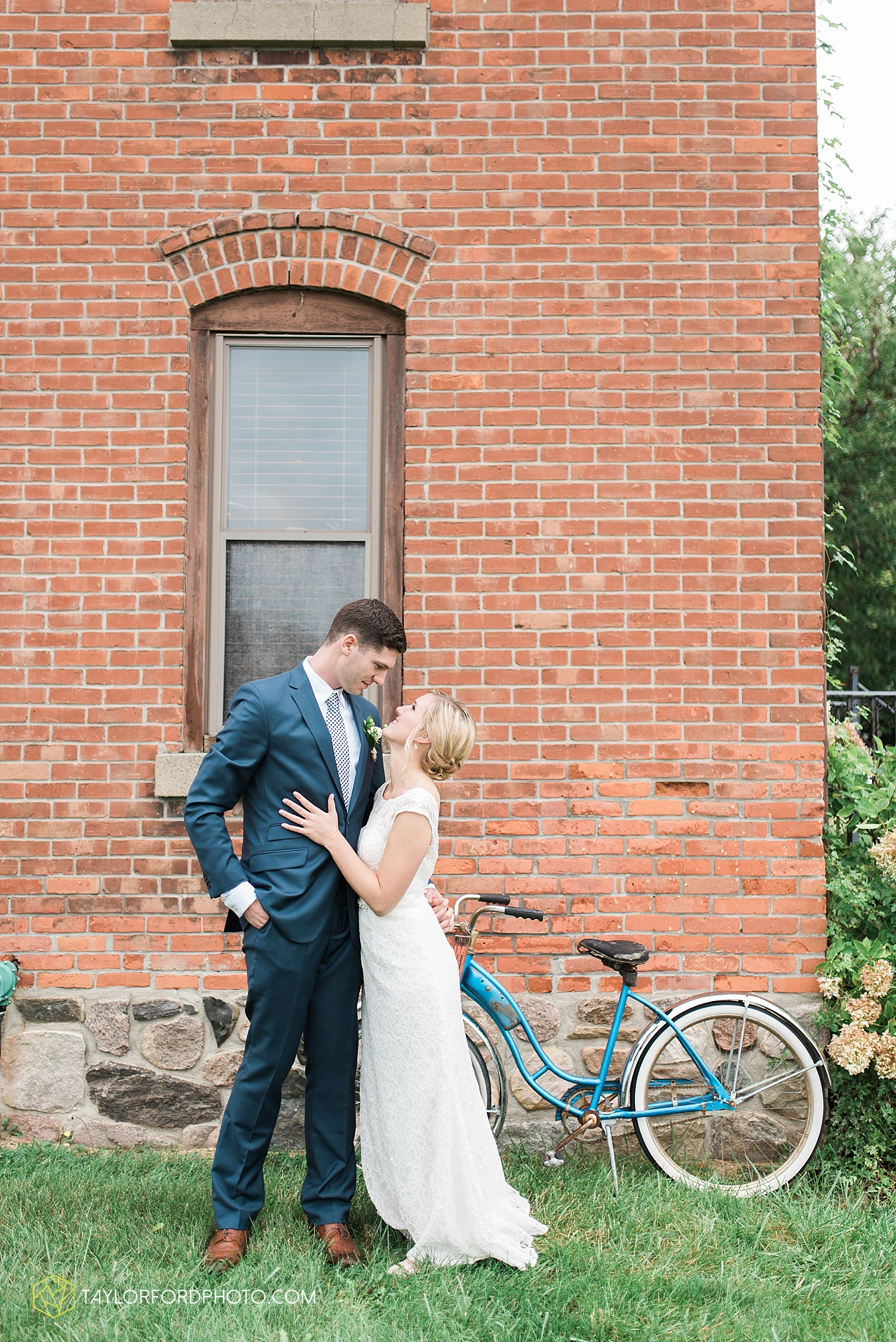 fort_wayne_indiana_van_wert_columbus_ohio_nashville_tennessee_photographer_taylor_ford_shoppes_at_old_mill_wedding_0655.jpg