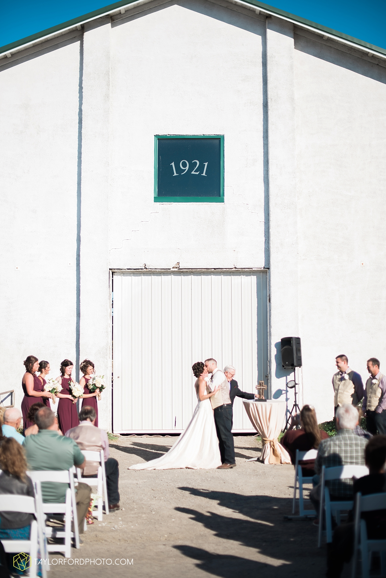van_wert_ohio_dairy_barn_fairgrounds_fort_wayne_indiana_wedding_photographer_taylor_ford_3324.jpg