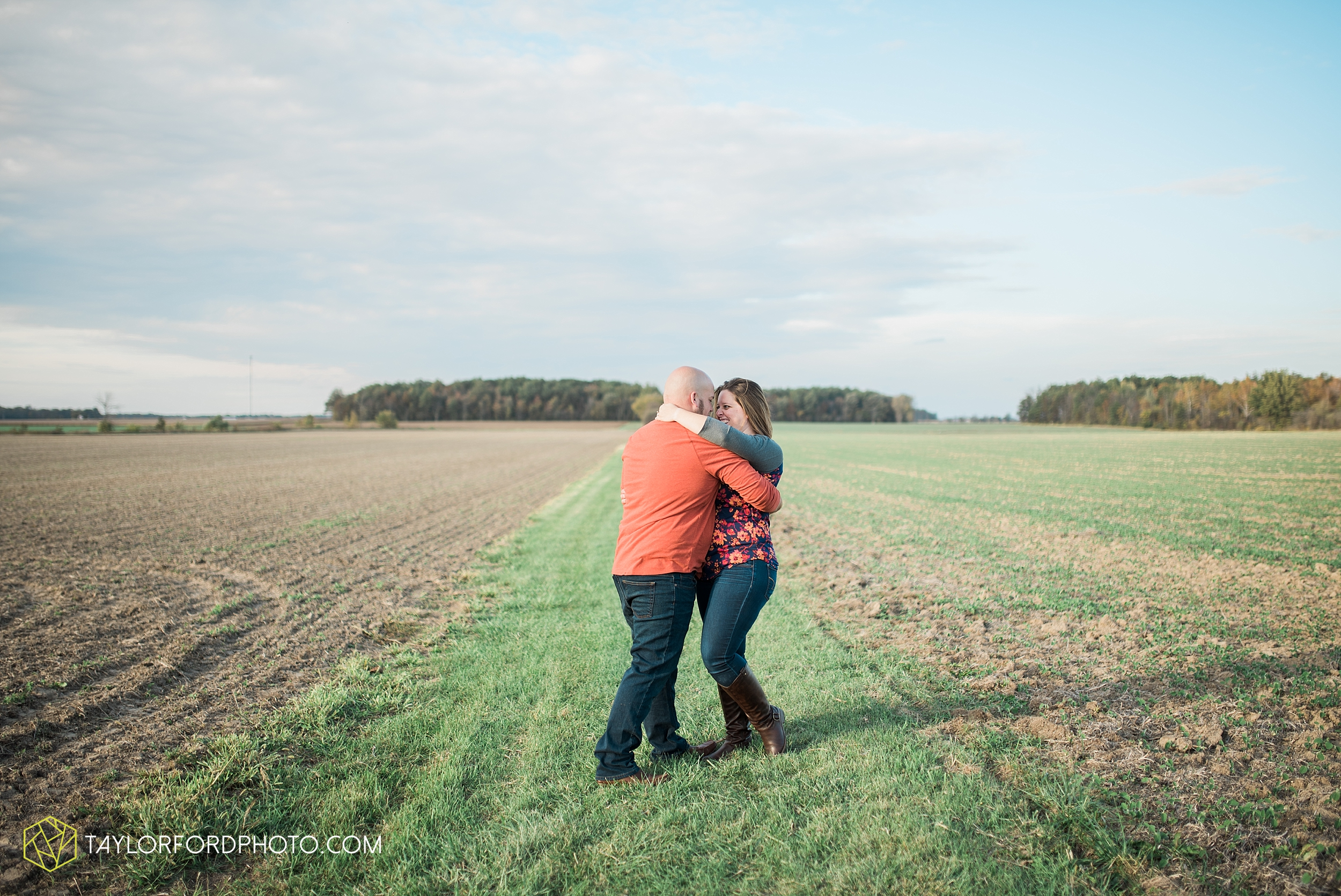 van-wert-ohio-engagement-wedding-photographer-Taylor-Ford-Photography-fall-farm-nature_4148.jpg