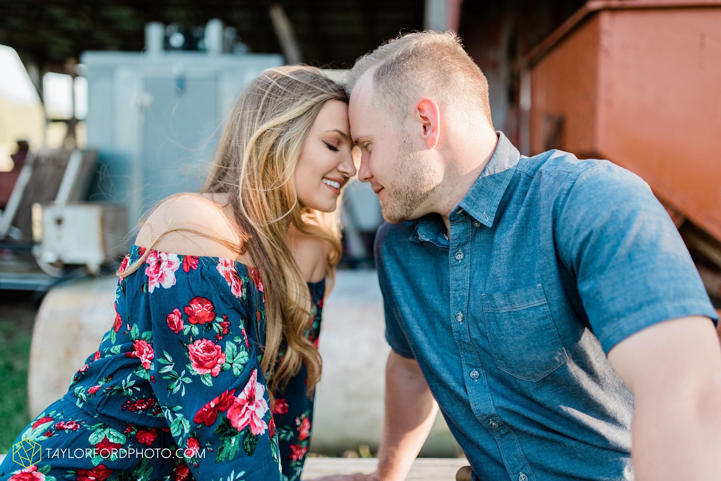 van-wert-ohio-spring-farm-engagement-photographer-photographer-Taylor-Ford-Photography_7100.jpg