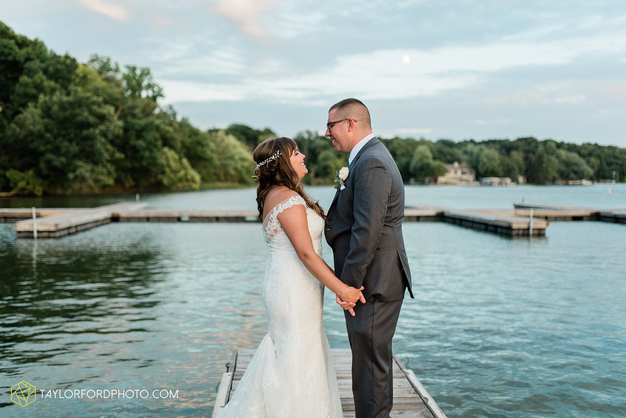 brook-loren-pokagon-state-park-angola-indiana-potowatomi-inn-wedding-fall-lake-james-photographer-taylor-ford-photography_0561.jpg