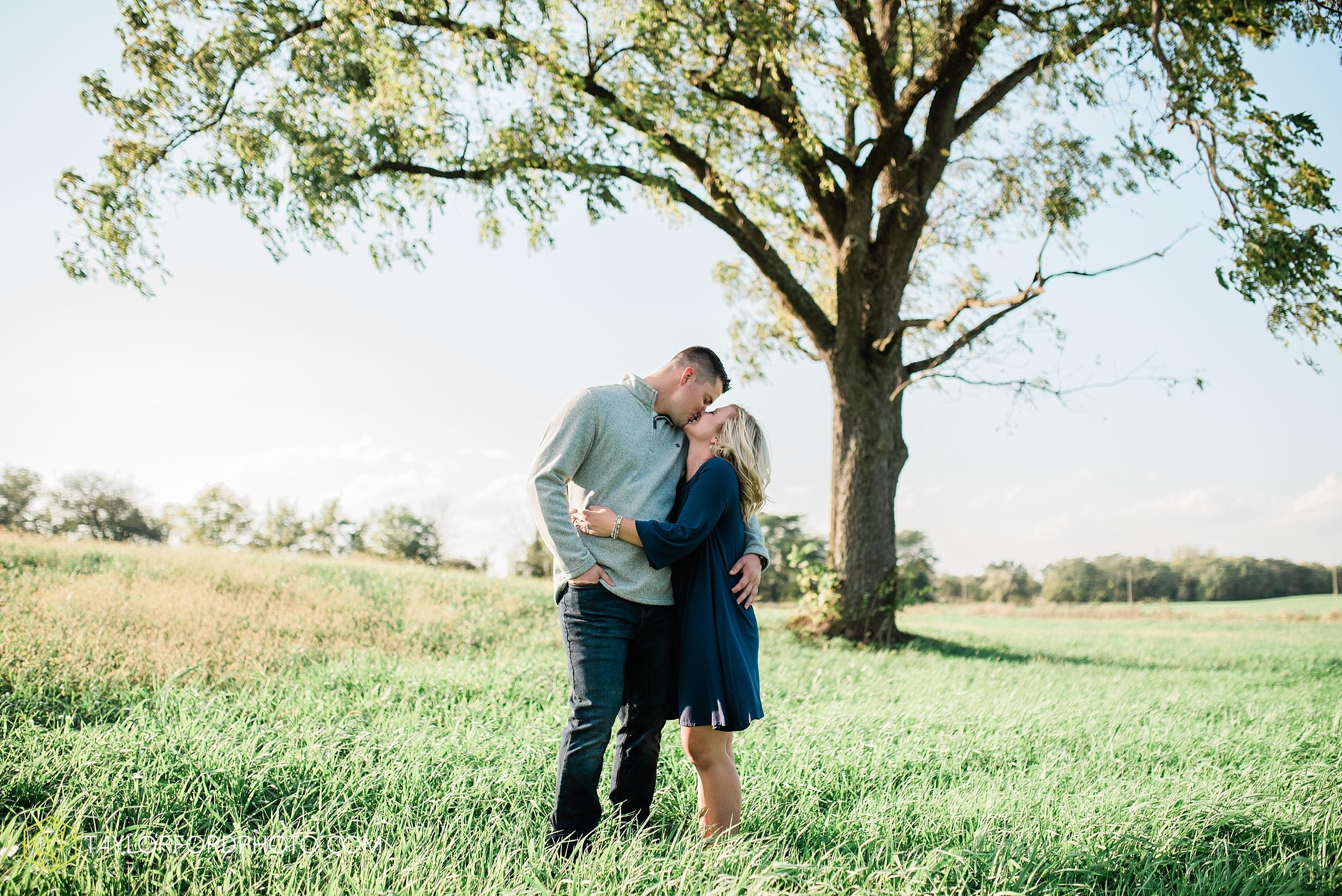 elida-lima-ohio-fall-farm-wapak-road-engagement-photographer-taylor-ford-photography_0850.jpg
