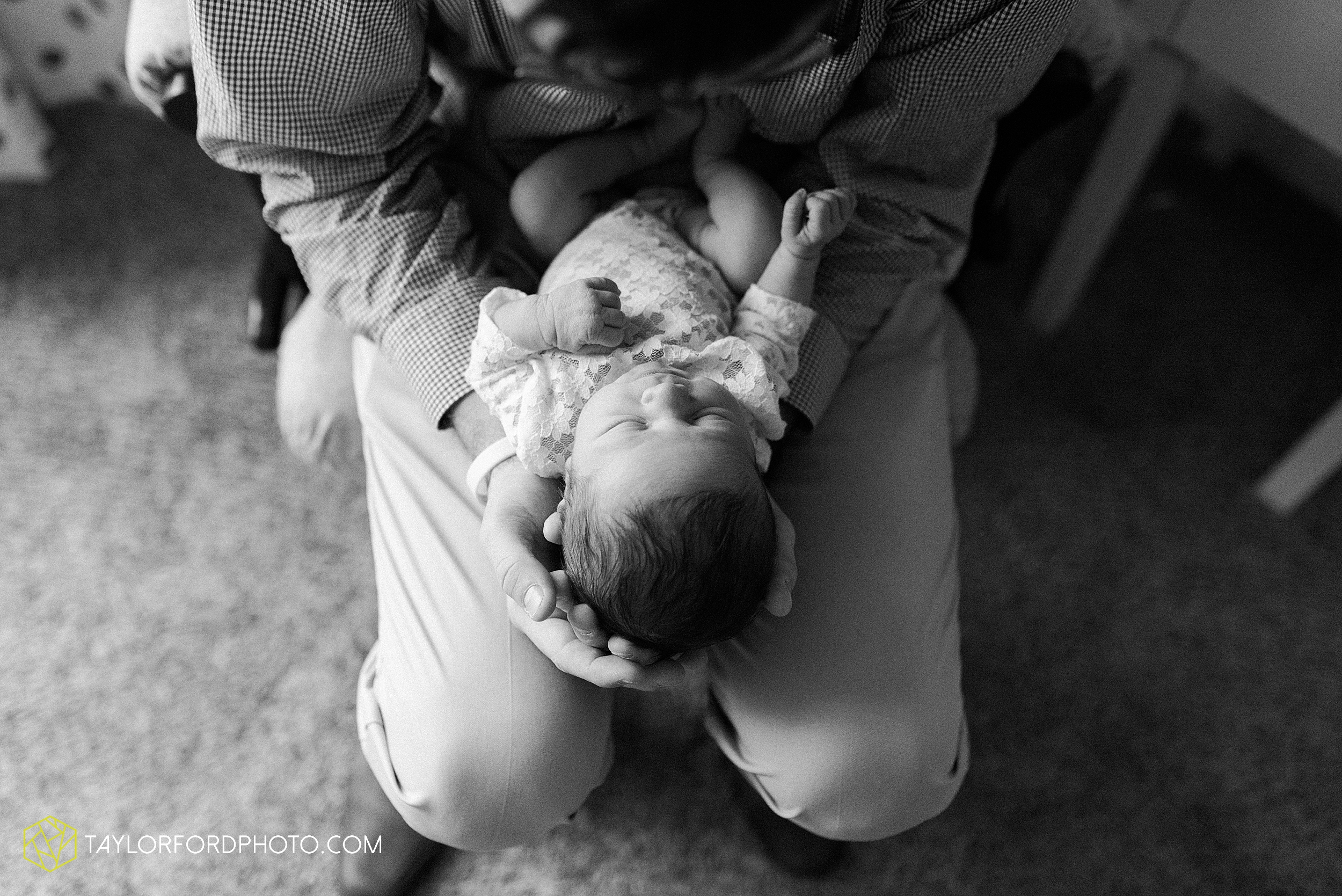 ashley-aaron-noraa-lifestyle-at-home-family-newborn-blacklick-columbus-ohio-photography-taylor-ford-hirschy-photographer_2330.jpg
