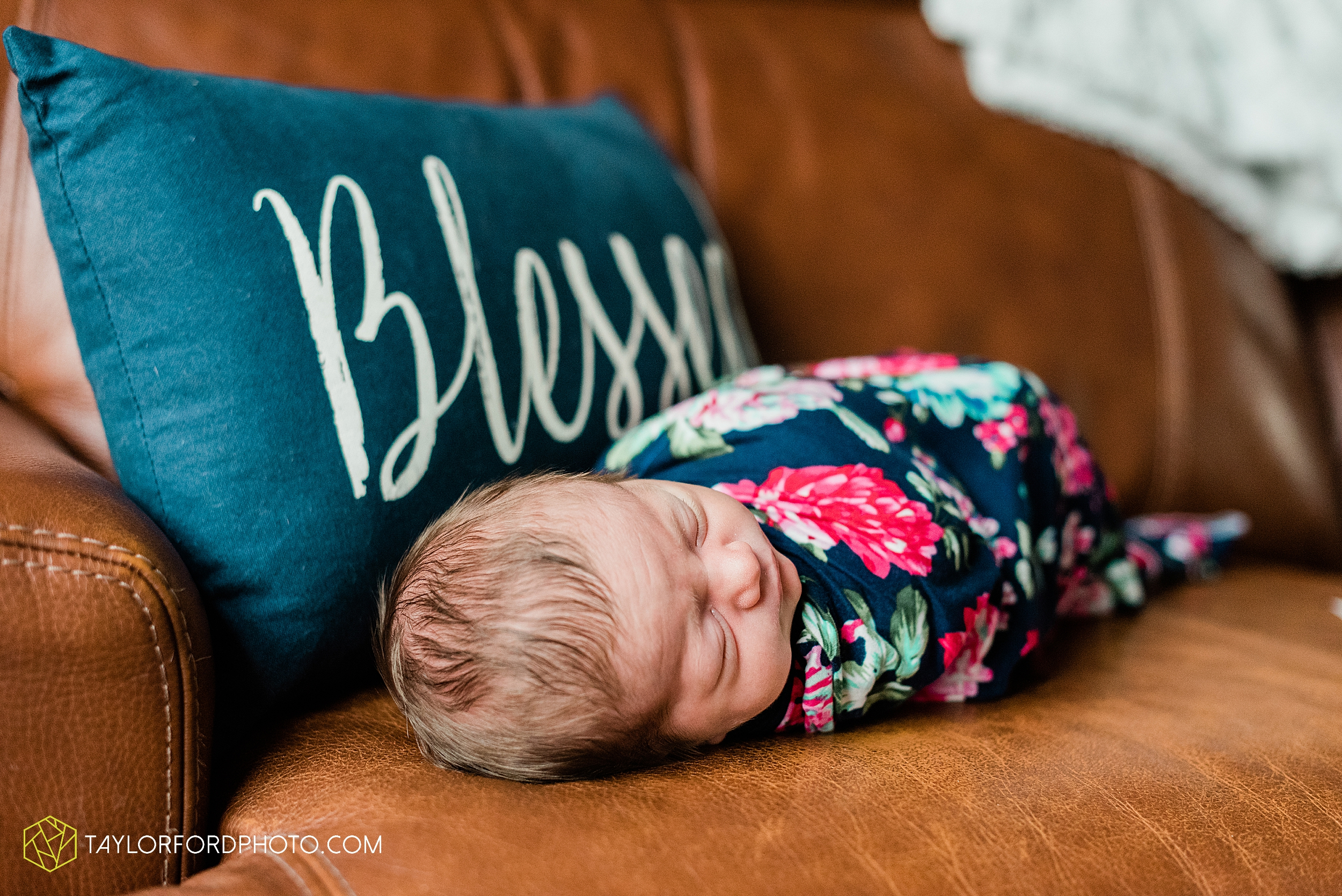 ashley-aaron-noraa-lifestyle-at-home-family-newborn-blacklick-columbus-ohio-photography-taylor-ford-hirschy-photographer_2349.jpg