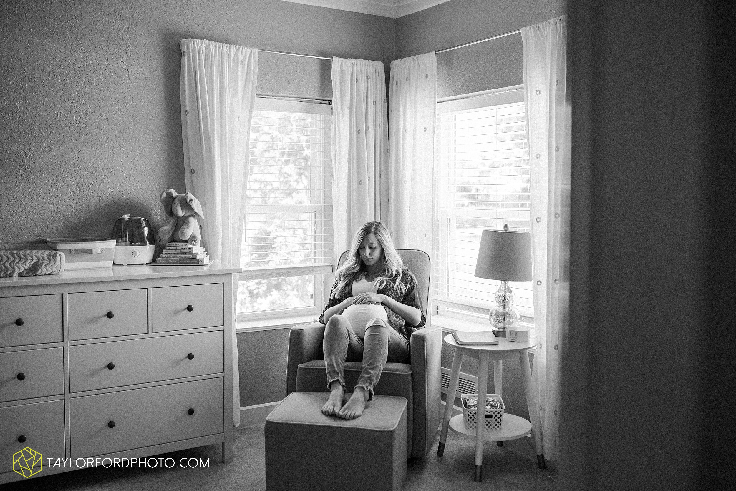 maumee-toledo-ohio-downtown-at-home-maternity-newborn-photographer-photography-taylor-ford-hirschy-photographer_3010.jpg