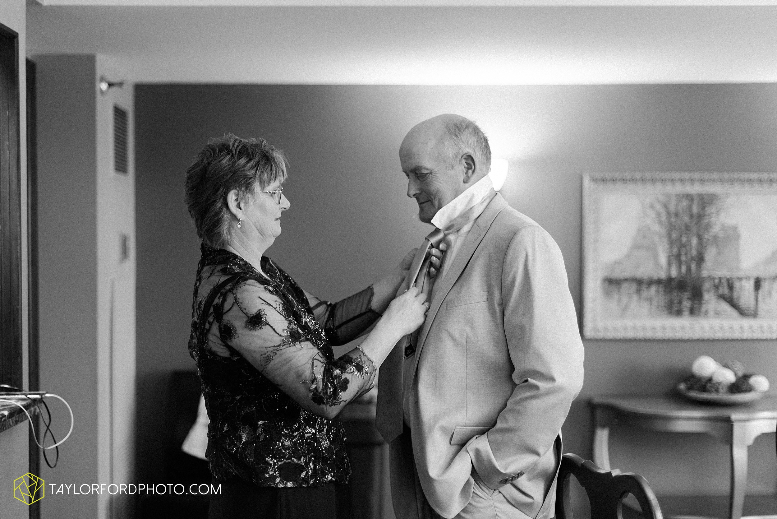 toledo-ohio-wedding-the-park-inn-by-radisson-hotel-art-museum-summit-event-center-photography-taylor-ford-hirschy-photographer_3677.jpg