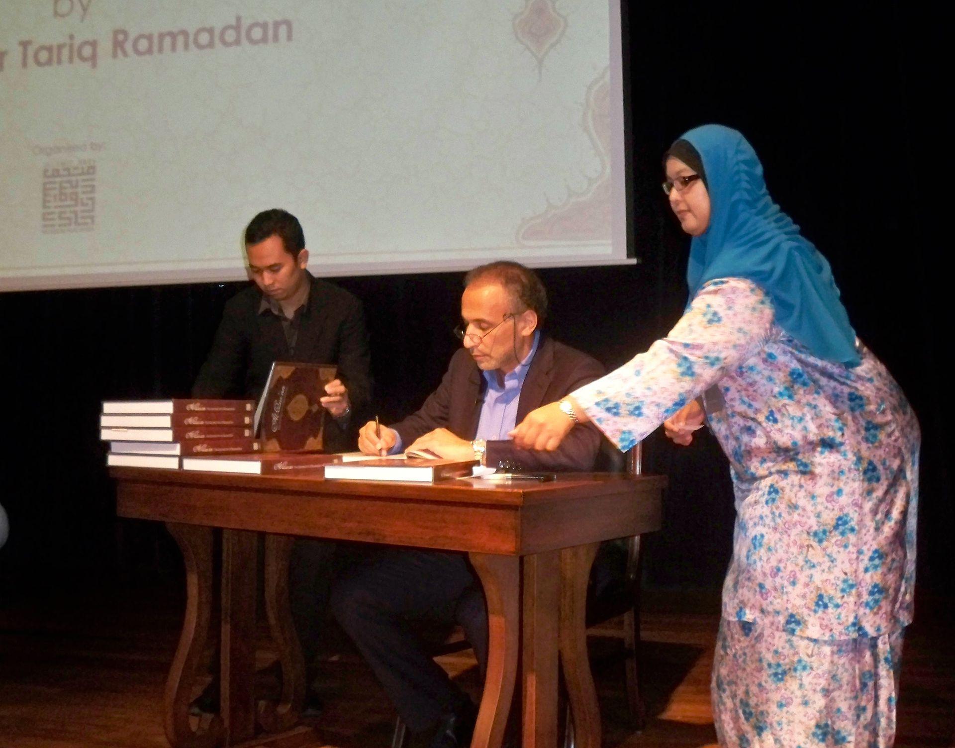Tariq Ramadan signing books. Muslim Arts Museum, Kuala Lumpur, Malaysia, 31 January 2015. Photo: Wiki,  Victor Pogadaev  ( CC BY-SA 3.0 )