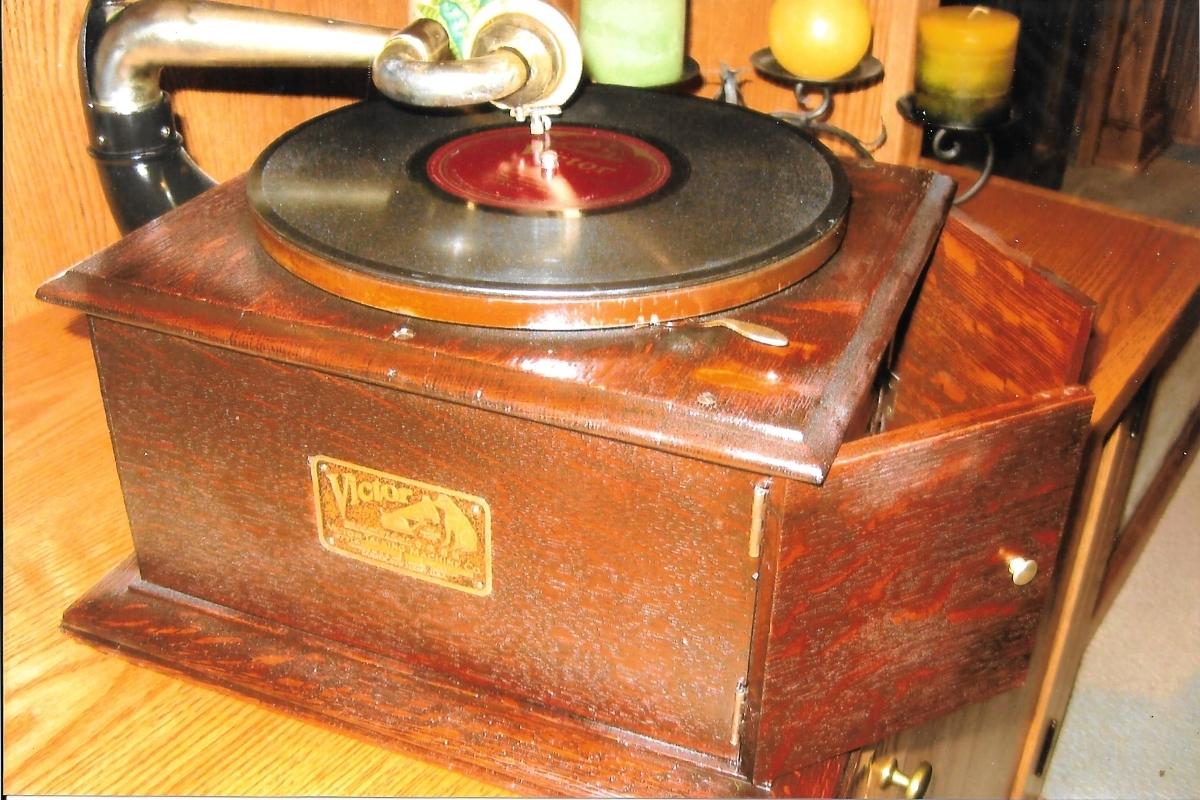 Phonograph-Victor-2.jpeg