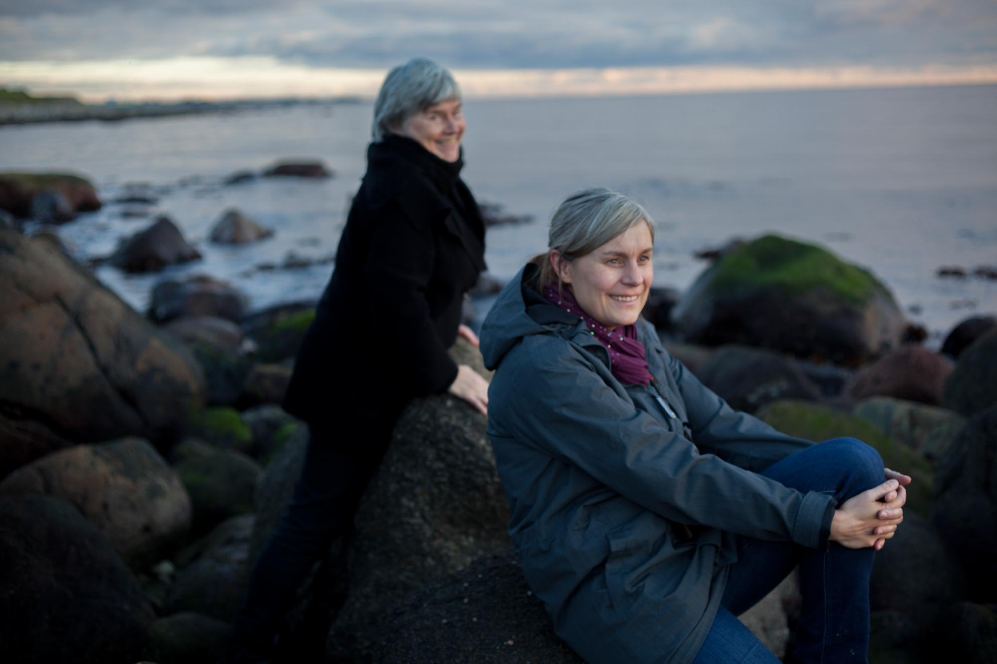 Kunstner Bente Geving og kurator/kunstner Christine Hansen etter en lang dag med montering.