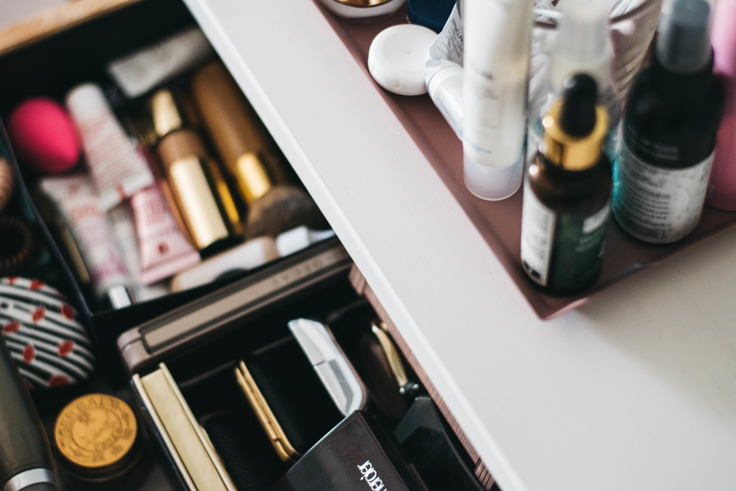minimalist makeup collection. makeup declutter 2018. life of ellie grace. manchester, uk beauty and style blog. manchester blog. uk beauty blog. uk lifestyle blog. manchester lifestyle blog.