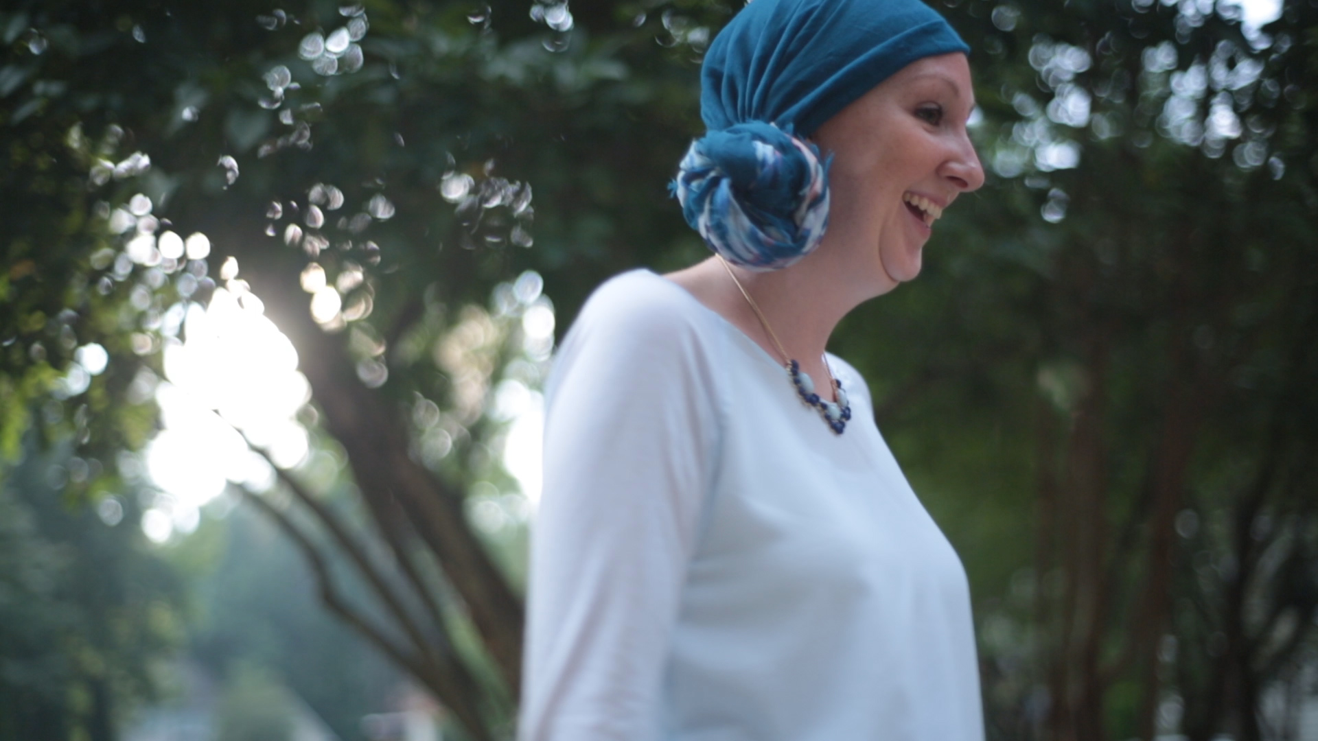 breast cancer patient Lori Elliott plays with kids in yard