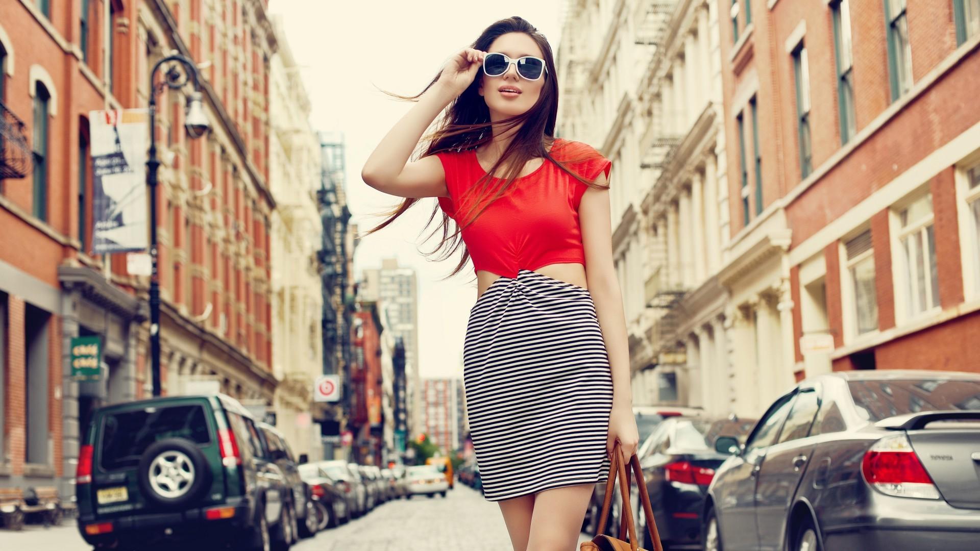 Girls_Beautiful_girl_walking_down_the_street_098073_.jpg