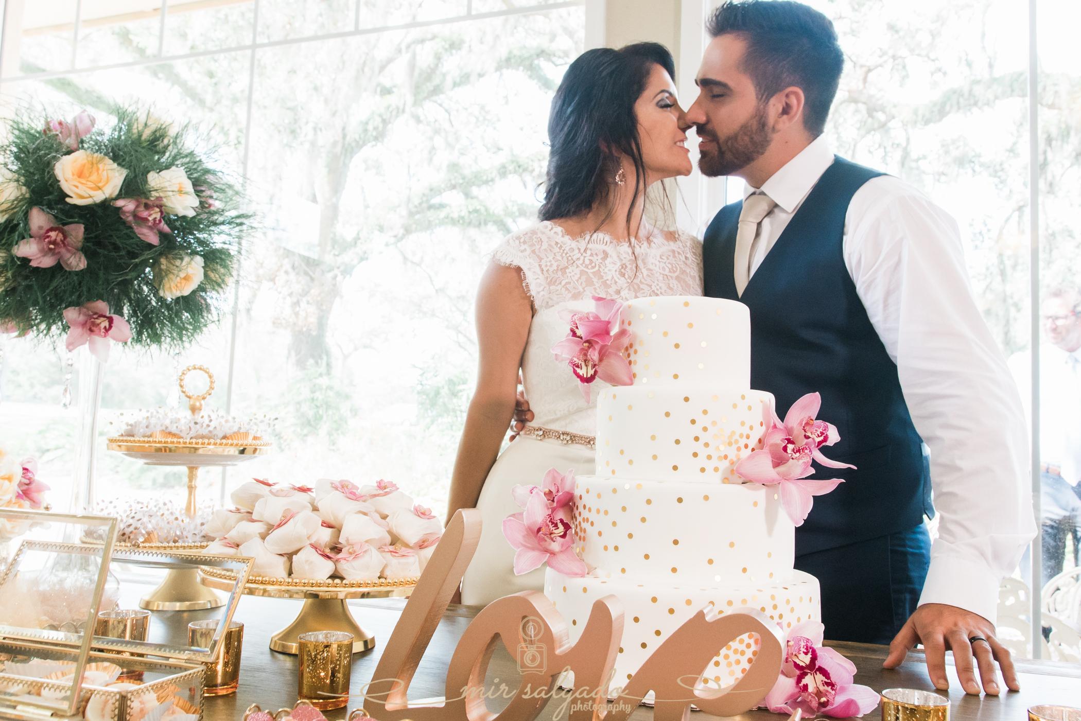 Bok-tower-gardens-wedding, cutting-cake-photo, Tampa-wedidng