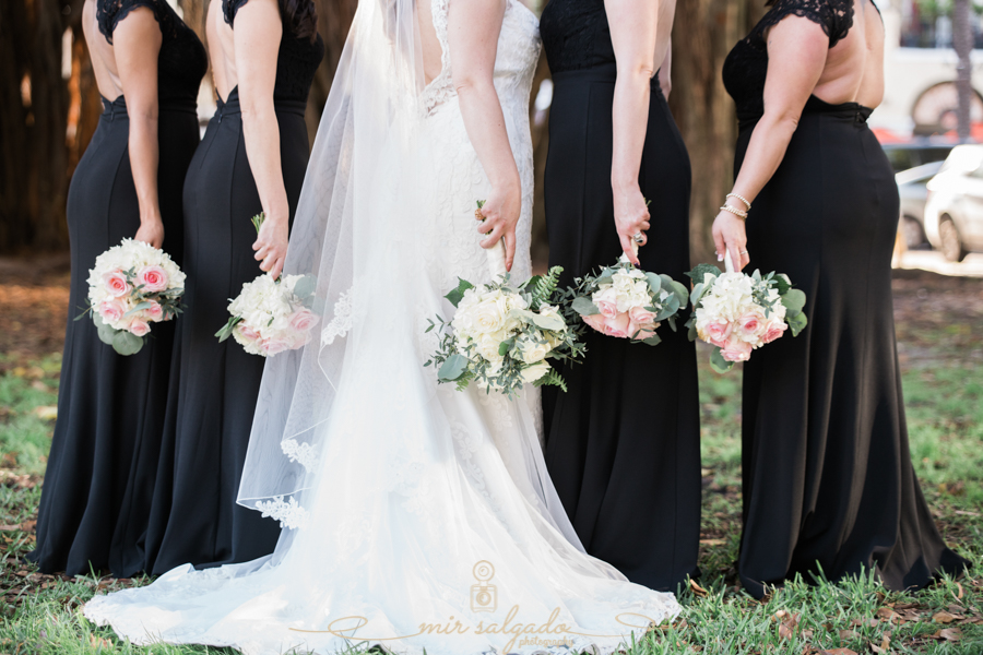 bridesmaids-andbride, wedding-flowers-bouquets