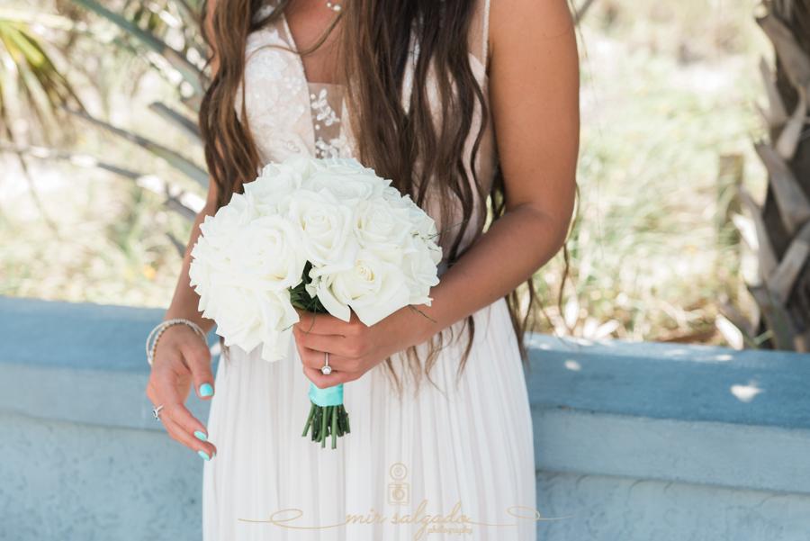 White-bouquet-photo, beach-wedding-photo, bride-and-white-bouquet