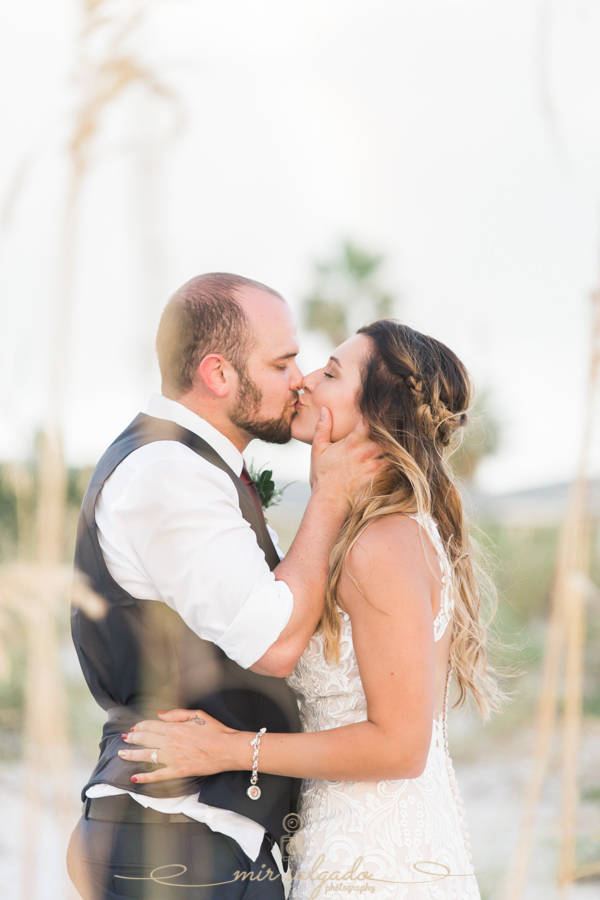 Bride-and-groom-kissing-at-the-beach