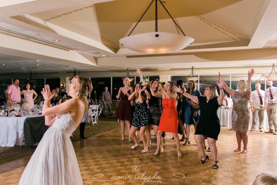 bouquet-toss-wedding, wedding-photo