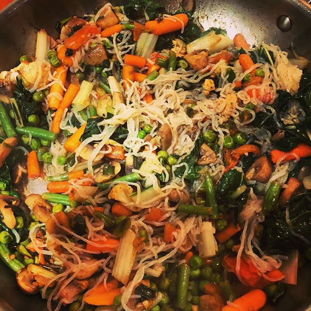 KONJAC NOODLES😋 how do you do yours? Super high in fibre and almost no calories or carbohydrates!!Great to pack with vegetable power and flavour to boot! So good in stir fry and with healthy gut benefits what more could we ask for 😉👌