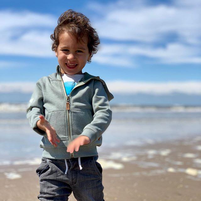 Mijn rots in de branding!! (Pun intended) . .  #lifeofadad #toddler #sea #lekkeruitwaaien #zandvoortbeach #branding #beach