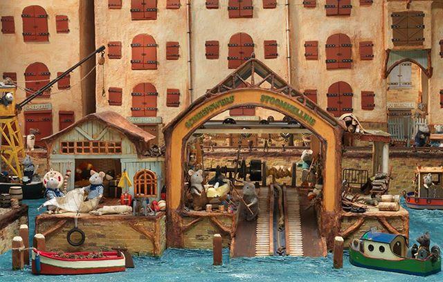 This mouse mansion scene is inspired by the shipyard in Amsterdam, 't Kromhout.  #themousemansion #mousemansion #studioschaapman #schaapman #karinaschaapman #dollhouse #miniatures #mini #handmade #diy #crafts #tutorial #kids #children #childrensbooks #picturebook #dummysek #museneshus #lamaisondesouris #dasmausehaus #azegertanya #villatopi #mysidomek #mushuset #lacasadelsratolins #lacasadelosratones #fareevi