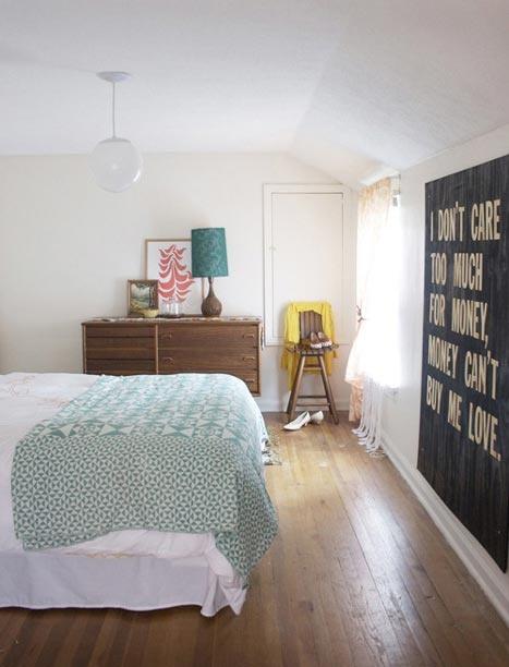 teal-coral-in-a-vintage-bedroom-mix-roomarks-167870.jpeg