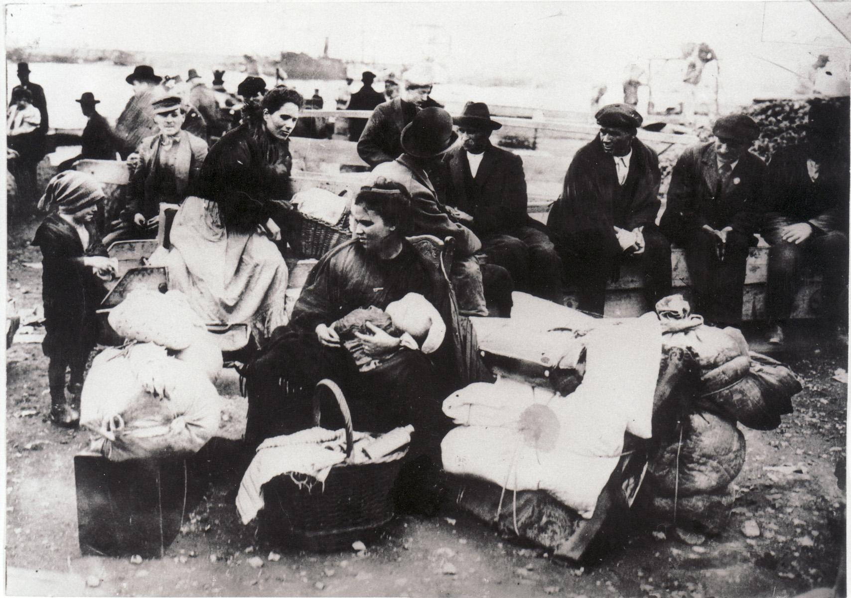 Emigranti in attesa della partenza nel porto di Genova (archivio W. Settimelli)