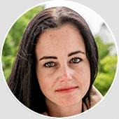 """Jasmin Heyer studierte """"Mehrsprachige Kommunikation"""" an der Fachhochschule Köln. 2015 absolvierte sie ihren """"Master"""" im Studiengang """"Kulturjournalismus"""" an der Universität der Künste Berlin. Während ihrer Studienzeit arbeitete sie als Werbefotografin. Für die Caterina Woj Filmproduktion arbeitet Jasmin Heyer freiberuflich im Bereich Recherche."""