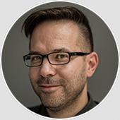 """Marc Schweser ist Technischer Leiter des Postproduktionshauses """"Maschinenraum TV"""". Seit 1996 betreute er weit über 1000 Produktionen - vom kurzen Werbespot bis zum Primetime Dokumentarfilm über Magazinbeiträge, Imagefilme, Reportagen und Musikvideos."""