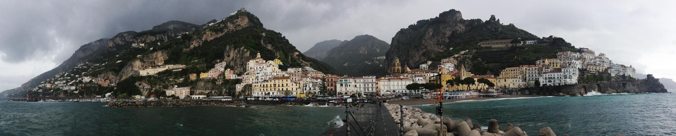 Italie ::La vue sur la ville d'Amalfi est tout simplement magique sous les nuages.