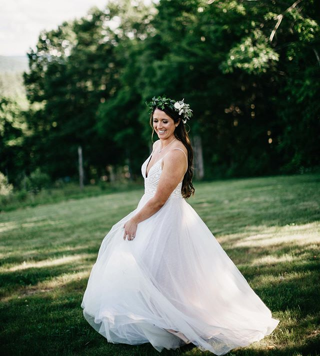Grateful for the raddest brides who will spin around on uneven hillsides just because we kindly ask ♥️ Also, Melissa's whole look was UNREAL. That flower crown and that dress! 😍
