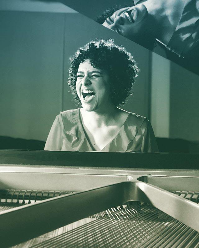 Big Smile. Sorriso Largo. 📷 @tylerraypersonal . . . #laugh #happiness #bigsmile #sorrisogrande #sorrisolargo #reflectionphotography #reflexion #quotes #piano #musicianlife #curlyhair #bigbrowneyes #braziliangirl #happywednesday #almosttbt #grandpiano