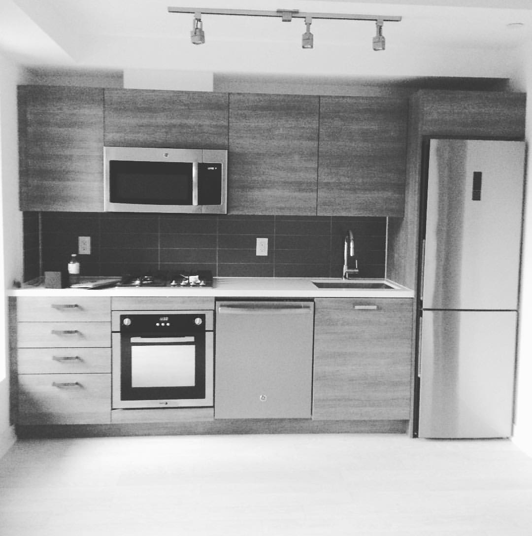 Clean line kitchen inside #kingcharlotte by #bradlamb nice 1 bedroom with balcony not on #mls brand new 500 sq ft #toronto  #offmarket #notonmls #condos #the6ix #realestate #torontorealestate #torontocondos #realtorsofig rest job @bradjlamb  (at King Charlotte Condominiums)