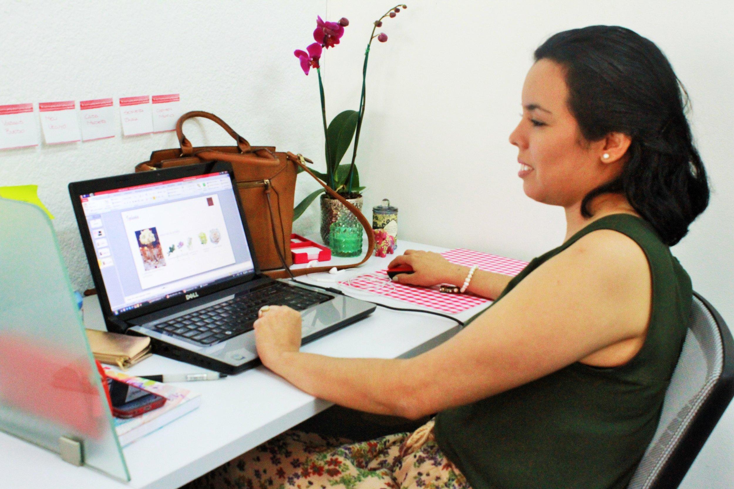 María Auxiliadora García, coworker full time, una persona sonriente y creativa. Es diseñadora de interiores, decoradora de eventos y paisajista.