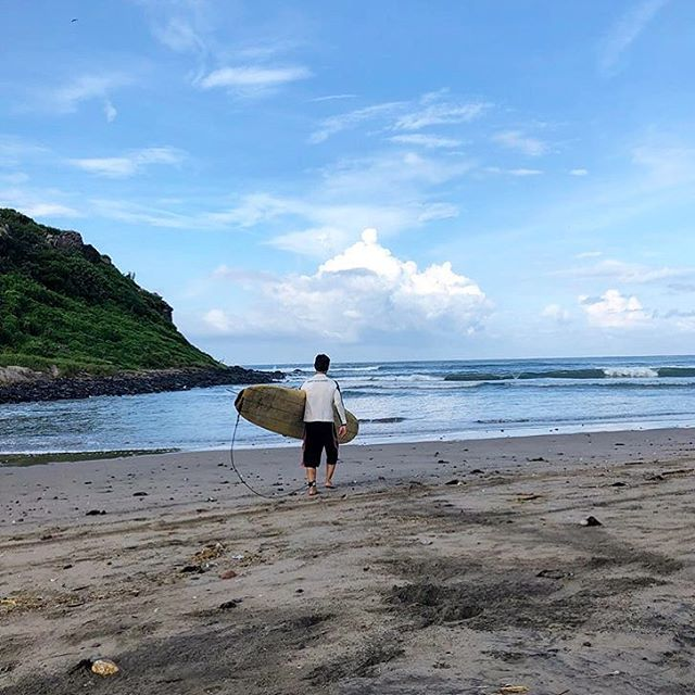 Secret surf spot 🌊 photo by my mother-in-law @jovirandall of my brother-in-law Dave Randall on his way to catch a wave today just outside of Mazatlan, Mexico 🇲🇽 🏄🏽♂️ Feeling this vibe✨👌🏾Happy October everyone! ☁️ 💫 * #atotaltrip #marmol #mazatlan #mexico #surf #travel #findyourbeach