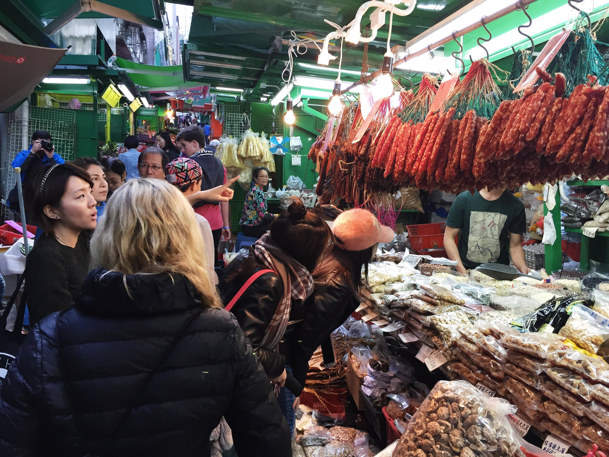 Spotted at the local market: Chinese preserved sausages (not to be mixed up with the French salami....) and an abundance of dried seafood and mushroom.