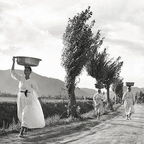"""On the way home"" 🏡 - Artist Unknown . . . . #hannayujin #inspiration #home #photography #film #blackandwhite #workwear #traditional #linen #naturalfibers #hanbok #dress #wrap #minimalistic #sustainable #ethicallymade #naturalbeauty #innerbeauty #sisterstyle #bywomenforwomen"