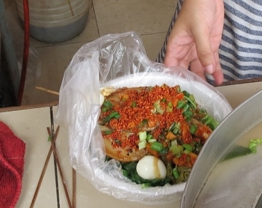Preparehomemade chili oil sauce to garnish the soup