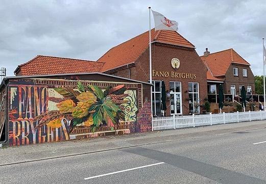 Efter årets Arts Festival med @griskaarhus på Fanø ved @fanoebryghus ser det sådan her ud 🔥🎨 Der er udsmykket og udstillet, lavet skilte og tatoveret hele weekenden, af @peter_birk @hanskrull @anders_grandt og @antonbooo  #GRISK #GalleriGRISK #Fanø #Udsmykning #udstilling #Skilte #Maling #Kunst #Kultur #Kreativ #Art #Festival #Sommer #Exhibition #Mural #Wall #Paint #Kunstner