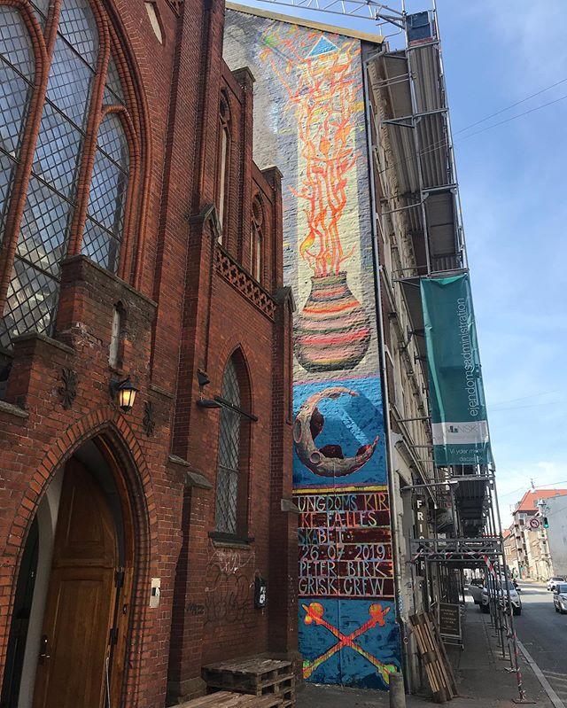 I øjeblikket afholder @peter_birk udstilling og løbende udsmykning ved UngK i Aarhus på Nørre Allé 23K 🎨🔥 Kom forbi og se udstillingen ☀️ #Kunst #Udstilling #Aarhus #UngK #Mural #Væg #Udsmykning #Galleri #Kunstner #Art #Artist #Exhibition #Væg #Maleri #Kunstværk #StreetArt #Photo #City #WallArt #Color