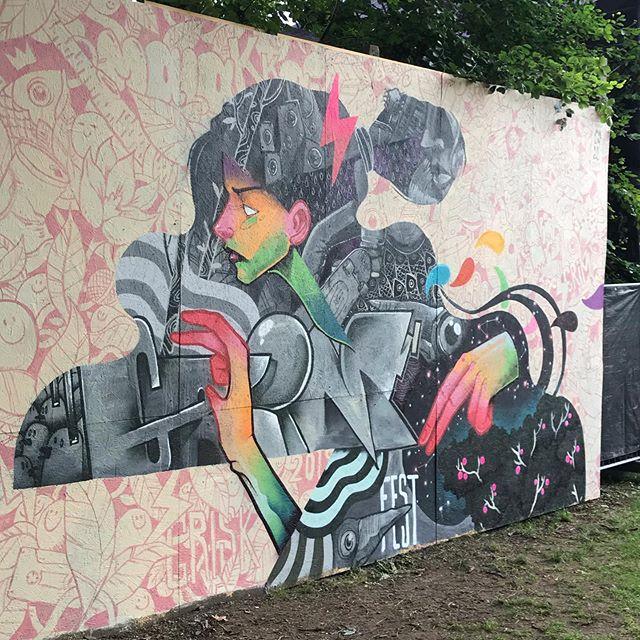 Til årets @grimfest blev fire store vægge udsmykket af kunstnerne @peter_birk @bogdanscutaru @jamielinley og @malakkai 🎨🔥 Med hver sit kunstneriske udtryk blev GrimFest i al sin herlighed også forvandlet til et kulturelt og farverigt område der passede til musikken, miljøet og den særdeles gode stemning 🔥 Opslag om årets graffiti skole følger 🎨  #Kunst #Festival #Kultur #GrimFest #Aarhus #StreetArt #GraffitiKunst #Art #Væg #Mural #Farver #Udsmykning #Udstilling #Festival #Projekt