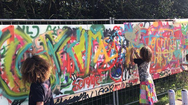 I år havde @griskaarhus sat en graffiti skole på benene til @grimfest  hvor der var mulighed for at prøve kreative kræfter af med graffiti spray cans, og lære om kunstformen og teknikerne 🎨🔥 #Kunst #Festival #Kultur #GrimFest #Aarhus #StreetArt #GraffitiKunst #Art #Graffiti #Farver #Udsmykning #Udstilling #Festival #Projekt