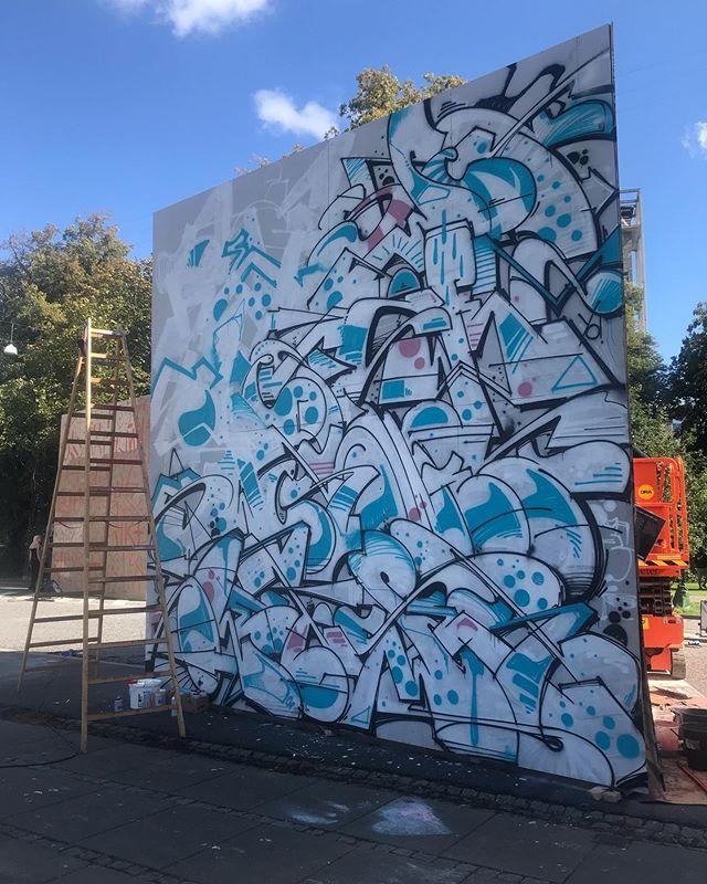 @aarhusfestuge er i gang og det samme gælder de mange kunstnere ☀️🎨 Idag gæster @cmp_one og @swet71 Rådhusparken 🔥 Kig forbi og se alle værkerne i udvikling ☀️ #Kunst #Kunstnere #AarhusFestuge #Aarhus #Street #Art #Festival #StreetArt #Maling #Graffiti #Udstilling #Udsmykning #Exhibition #Wall #WallArt #Kreativ