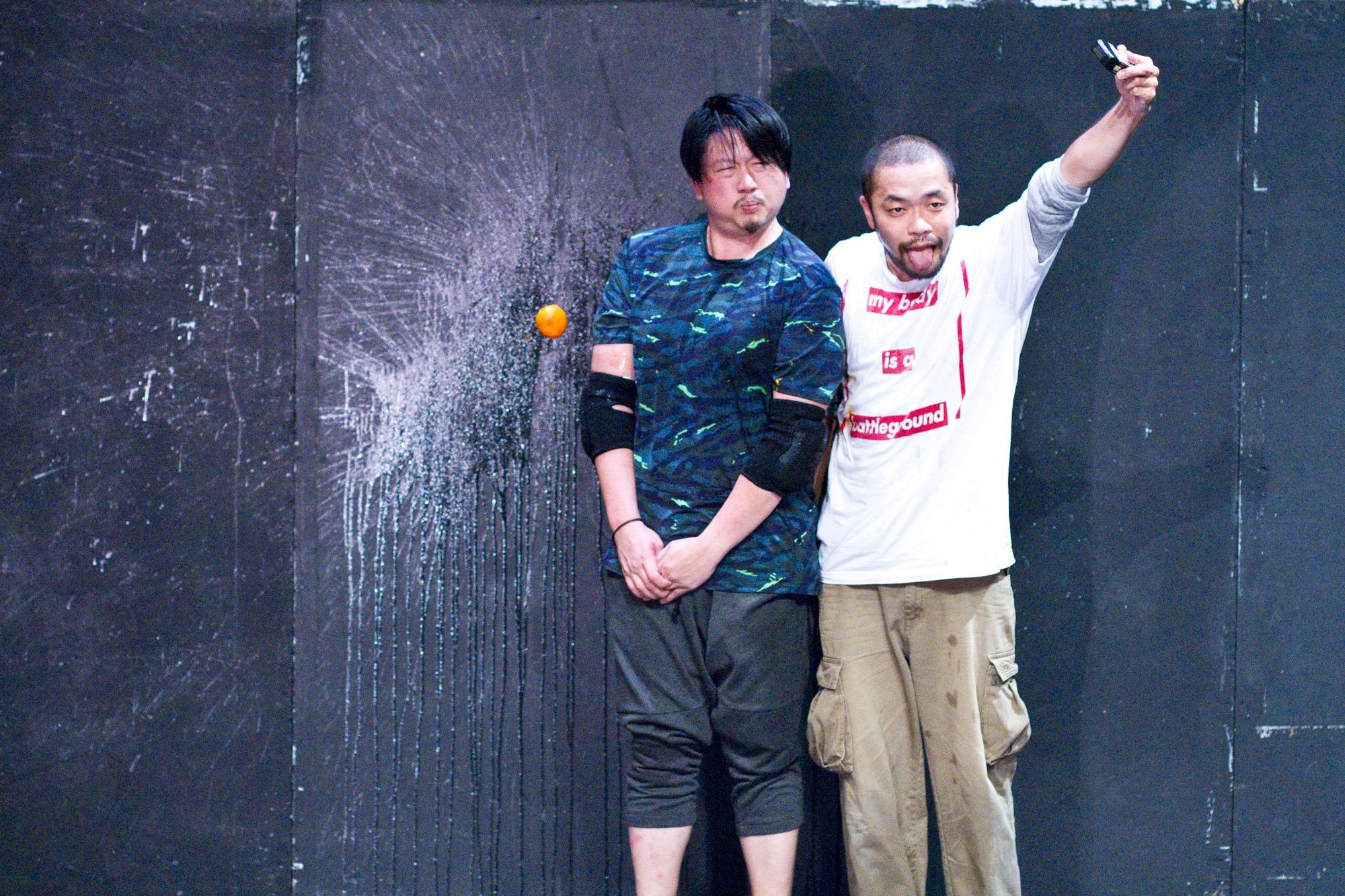 Choy Ka Fai (left) and Yuya Tsukahara (right) anticipate the impact of an incoming orange.Image: Choy Ka Fai/Sadler's Wells