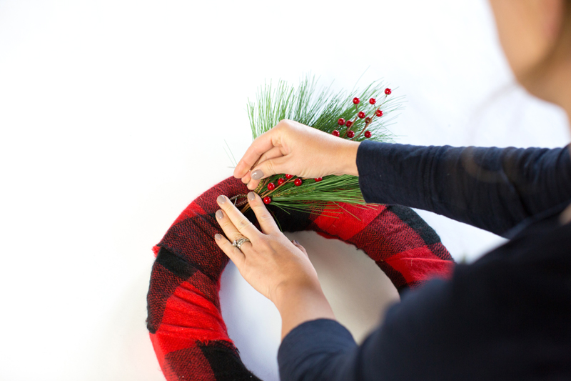 DIY_ScarfWreath_Ampersand_Command6